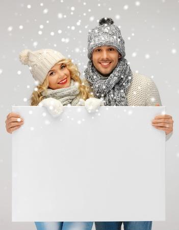 imagen de la pareja de la familia en una ropa de invierno holding blank Foto de archivo