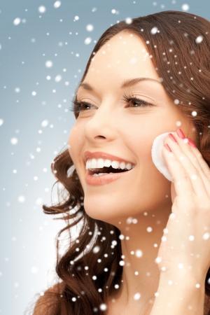 heldere close-up portret foto van mooie vrouw met wattenschijfje