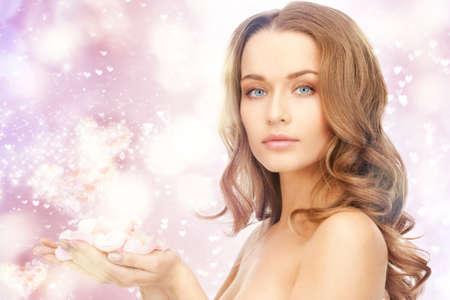 pétalas: imagem de mulher bonita com p�talas de rosas e cora��es