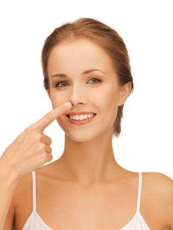 BUEN VIVIR: imagen de hermosa mujer apuntando a la nariz