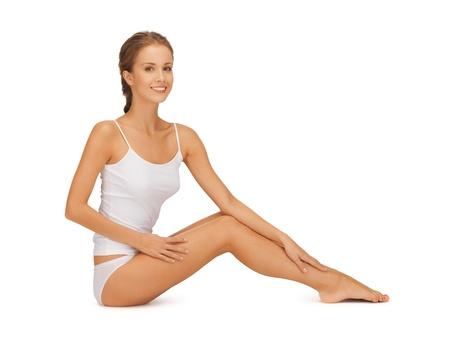 pied fille: image de belle femme en coton undrewear lui toucher les jambes