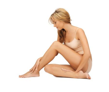piedi nudi di bambine: immagine di una bella donna in cotone undrewear toccare le gambe Archivio Fotografico