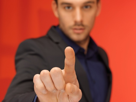Кнопки: Яркая картина красивый мужчина в костюме нажатием виртуальной кнопки Фото со стока