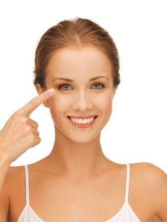 buen vivir: imagen de hermosa mujer apuntando a los ojos