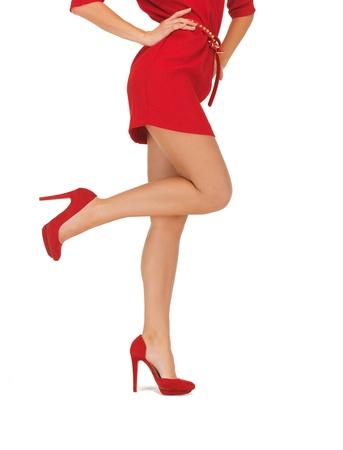 tacones rojos: Primer plano retrato de mujer con vestido rojo en tacones altos