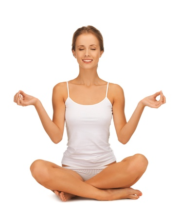 cuerpo femenino perfecto: mujer deportivo en undrewear algodón practicando yoga loto