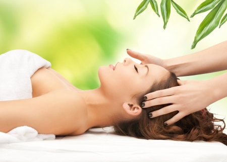imagen de hermosa mujer en el sal�n de masaje Foto de archivo