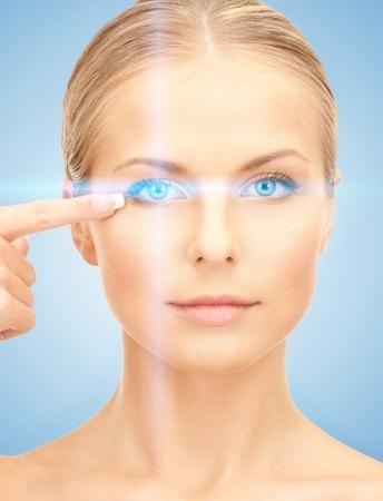 beautiful eyes: Bild der schönen Frau zeigt in Auge