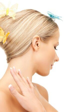 donna farfalla: immagine della bella donna con farfalla nei capelli
