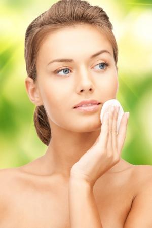 tratamiento facial: retrato retrato de mujer hermosa con un algod�n