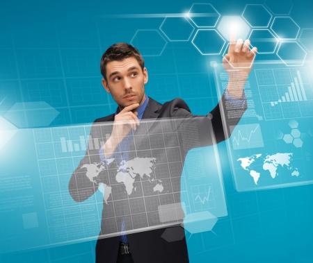 imagen del hombre en traje de trabajo con pantallas virtuales Foto de archivo