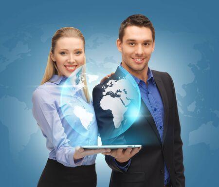negocios internacionales: imagen del hombre y de la mujer con tablet pc y el mundo virtual Foto de archivo