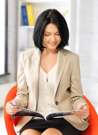Foto van aantrekkelijke zakenvrouw met tijdschrift