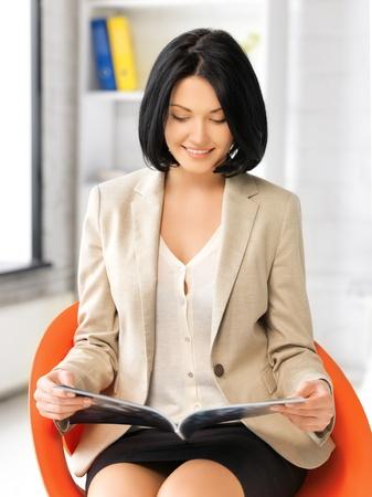 leggere rivista: foto di affari attraente con la rivista Archivio Fotografico