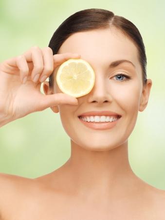 helder beeld van mooie vrouw met een schijfje citroen