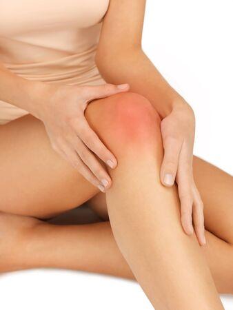 cuadro del primer de manos femeninas tocar la rodilla