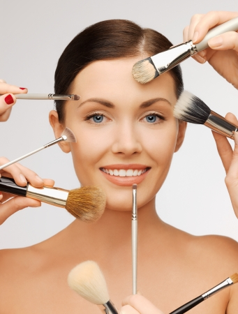 kosmetik: closeup Portr�t Bild der sch�nen Frau mit Pinsel