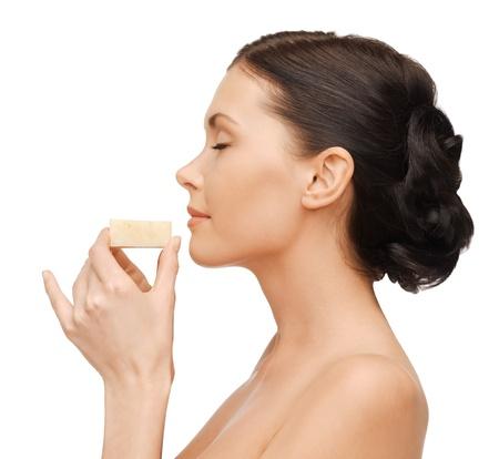 schiuma di sapone: immagine luminosa di bella donna con il sapone