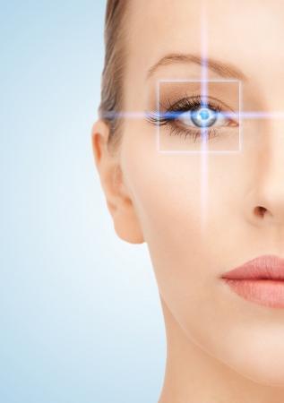 vision futuro: imagen de hermosa mujer apuntando a los ojos