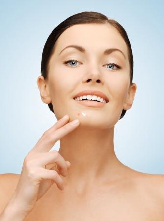 visage: imagen de hermosa mujer apuntando a la barbilla