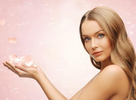 salon beaut�: image de belle femme avec des p�tales de rose
