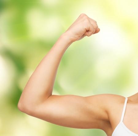 krachtige vrouw: close-up foto van sportieve vrouw buigen haar biceps
