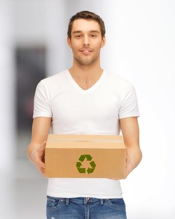 reciclable: imagen del hombre hermoso con caja reciclable