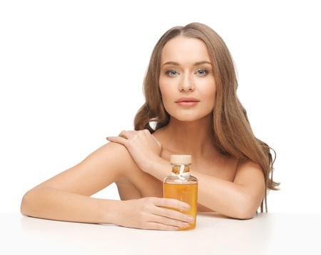 cuerpo femenino perfecto: Foto de mujer hermosa con la botella de aceite