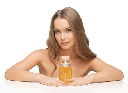 olio corpo: immagine della bella donna con bottiglia di olio