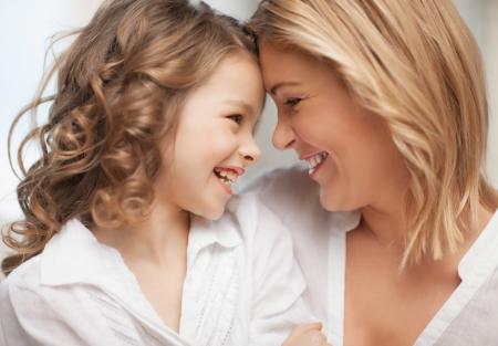 sonrisa: brillante imagen de madre e hija abrazos Foto de archivo