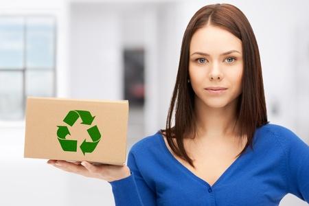 reciclable: imagen de atractiva empresaria con la caja reciclable