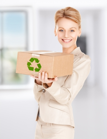 reciclable: Foto de mujer feliz con la caja reciclable