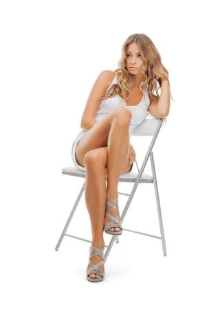 donna seduta sedia: immagine luminosa di bella donna in abiti casual Archivio Fotografico