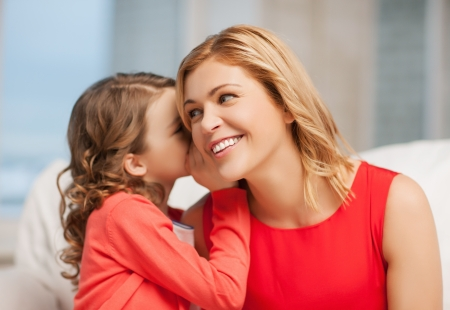 jeune fille adolescente: image de ragots mère et la fille chuchotant