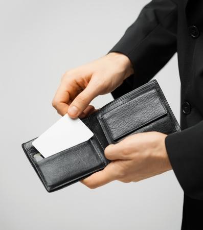 man in pak met portefeuille en credit card