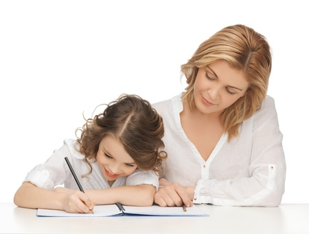 deberes: imagen de madre e hija haciendo el trabajo a domicilio Foto de archivo