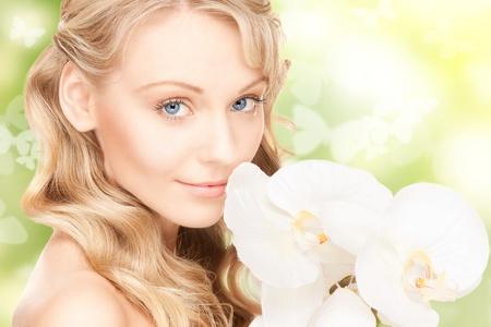 donna farfalla: Foto di una bella donna con fiori di orchidea e farfalle
