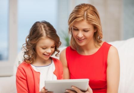 niños platicando: imagen de madre e hija con tablet pc