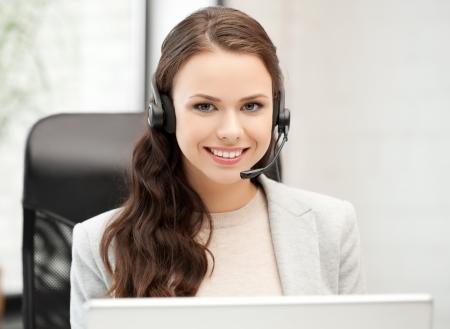 ヘッドフォンでの女性ヘルプライン演算子を笑顔の写真
