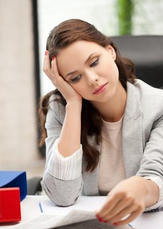 mujer pensativa: mujer aburrida y cansada behid la tabla