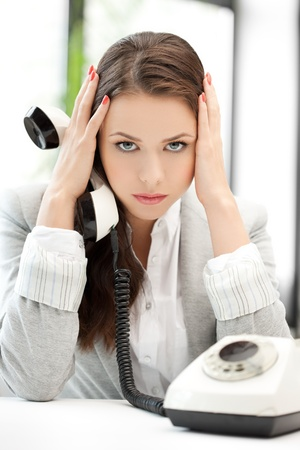 molesto: empresaria estresada y cansada con el teléfono celular Foto de archivo