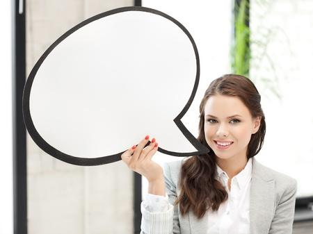 amigas conversando: foto de la sonriente mujer de negocios con la burbuja de texto en blanco