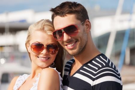 homem: imagem do jovem casal feliz no porto
