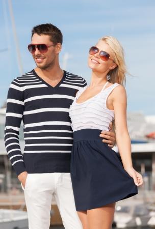 sailor: imagen de la feliz pareja joven en el puerto Foto de archivo