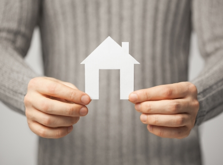 planificacion familiar: brillante imagen de hombre con casa de papel Foto de archivo