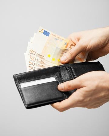 banconote euro: uomo prendendo denaro contante in euro fuori il portafogli
