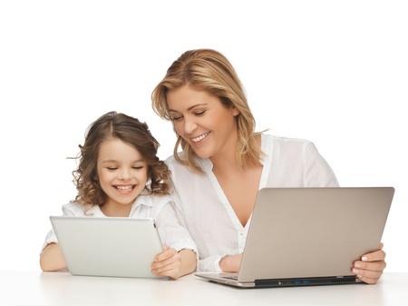 niños platicando: madre e hija con la computadora portátil y Tablet PC
