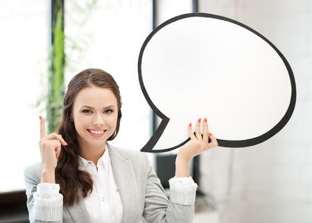 oir: foto de la sonriente mujer de negocios con la burbuja de texto en blanco