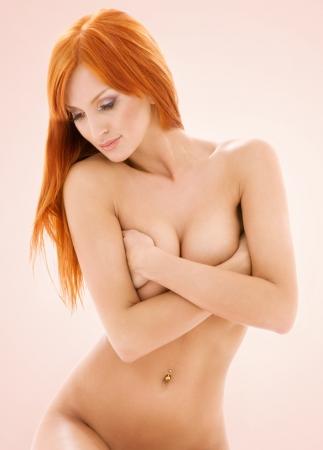 mujer desnuda sentada: brillante imagen de pelirroja desnuda saludable en color beige