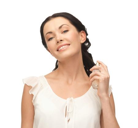collo: immagine della bella donna spruzzare pefrume sul suo collo